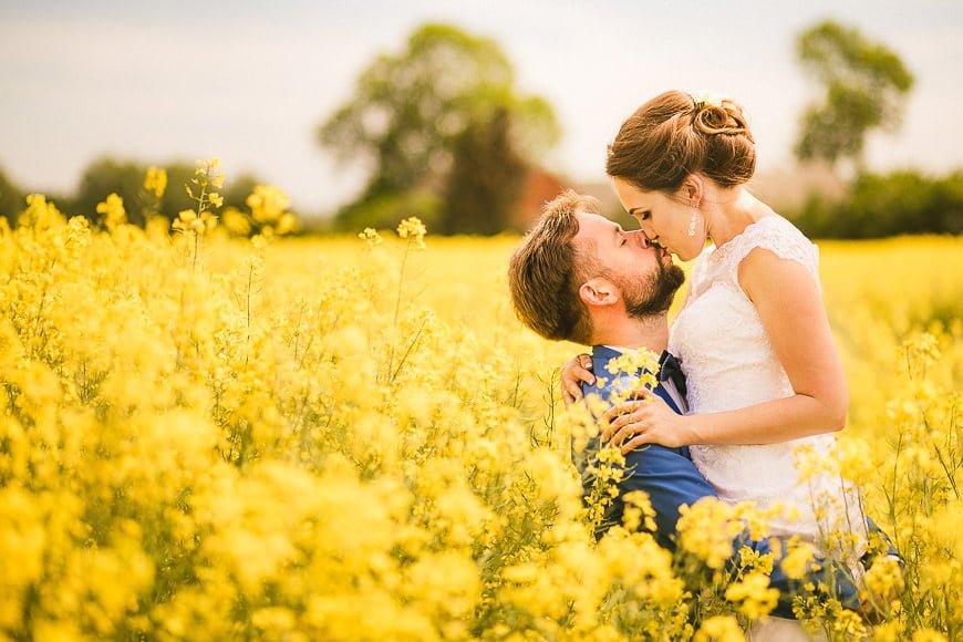 sesja plenerowa w rzepaku fotograf poznań sesja poślubna